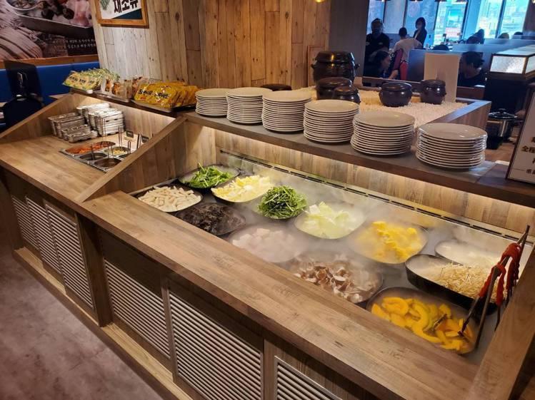 自助吧供應了多種時蔬、麵食與韓式小菜。記者陳睿中/攝影