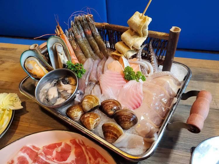 集結11種海鮮的「釜山豪華海鮮鍋」。記者陳睿中/攝影