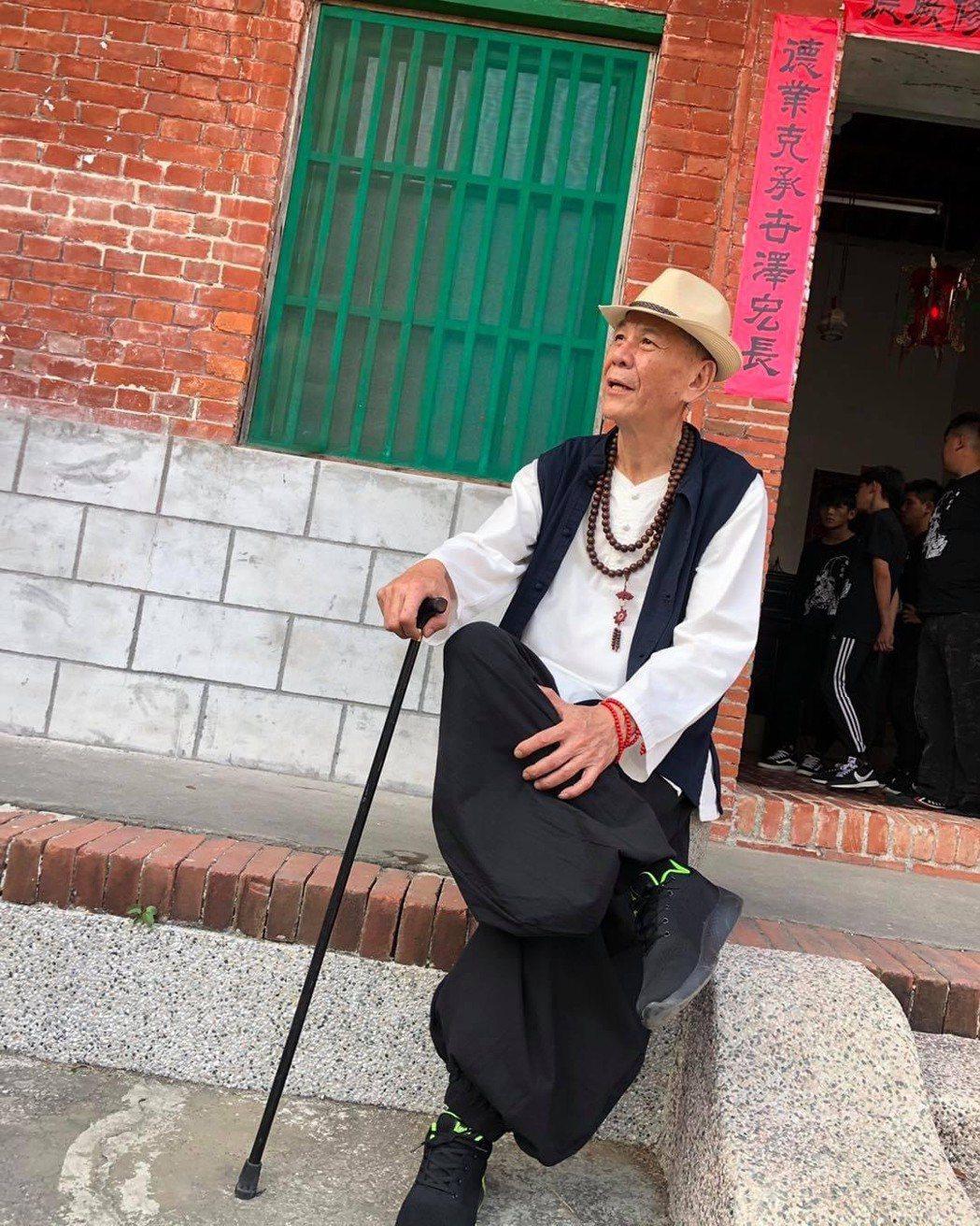 龍劭華曾出過「戲臺上的浪子」半自傳描繪自己的前半生。圖/摘自臉書