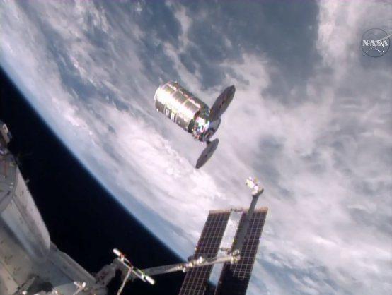 美國太空總署2016年發布的照片顯示,裝滿1.5噸垃圾的太空艙,從國際太空站釋出。(美聯社)