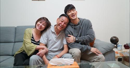 龍劭華(中)和苗可麗(左)JR參加公益短片拍攝,原定周五要辦三人記者會也因他的驟