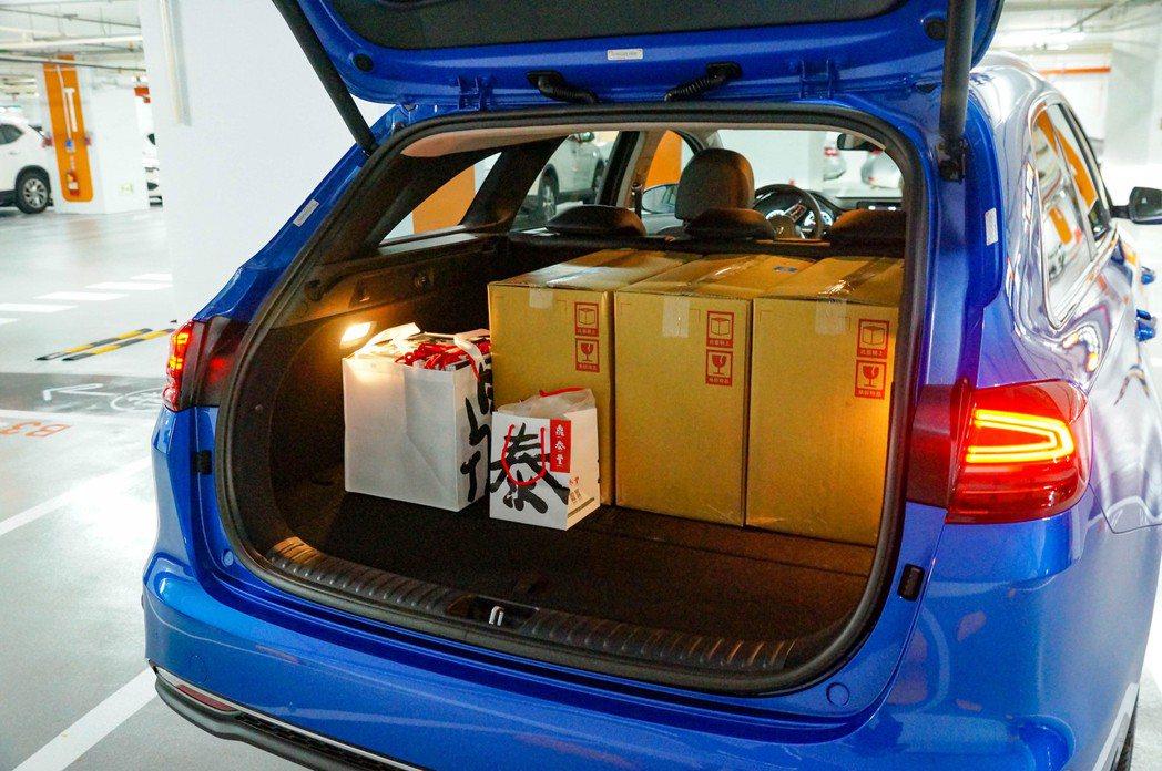 後行李箱的實際裝載空間十分強大。 記者趙駿宏/攝影