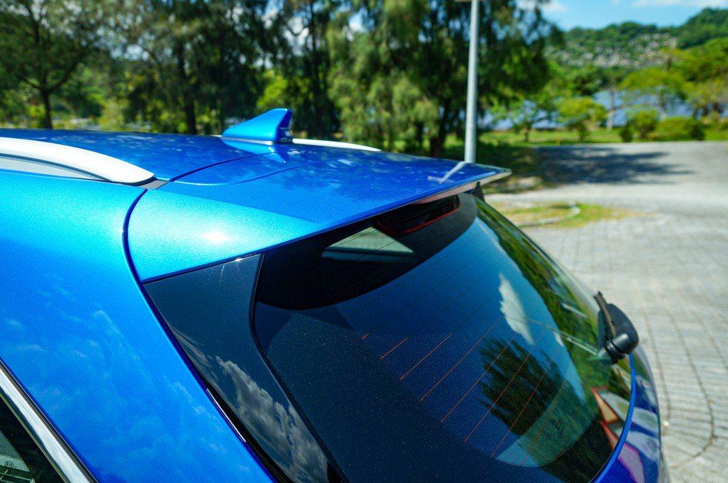 運動化的後擾流尾翼和鯊魚鰭天線。 記者趙駿宏/攝影