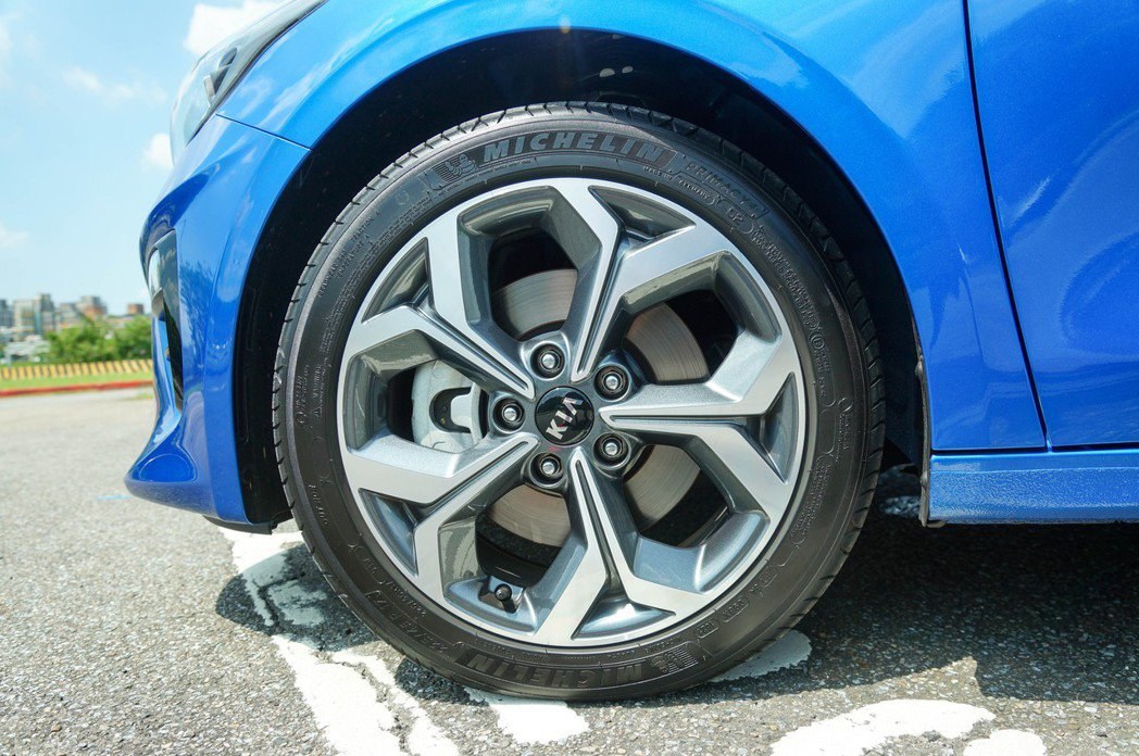 原廠搭配225/45 R17的胎圈組合,配胎為Michelin Primacy ...