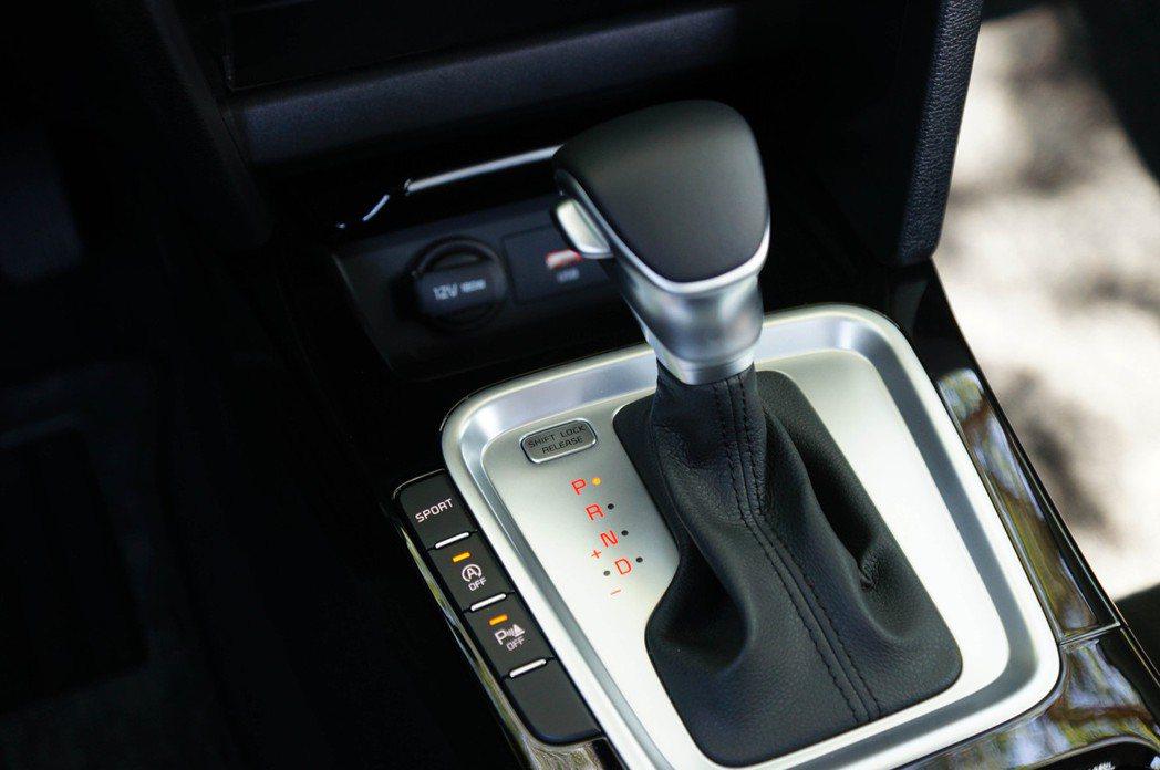 7速雙離合器變速箱旁有Sport駕駛模式切換、怠速熄火和停車雷達的按鈕。 記者趙...