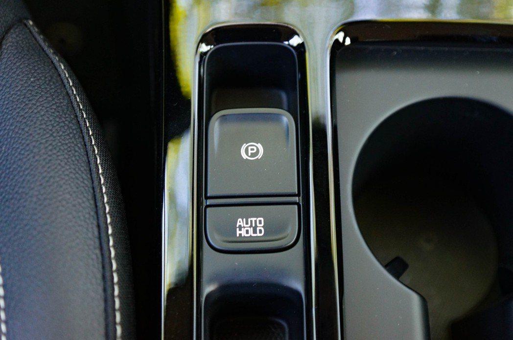 排檔座後方標配電子手煞車與Autohold。 記者趙駿宏/攝影