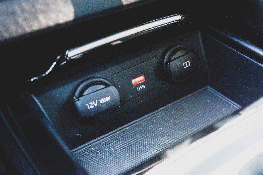 中控台下方則是有兩組USB接孔以及一個12V的電源供應。 記者趙駿宏/攝影
