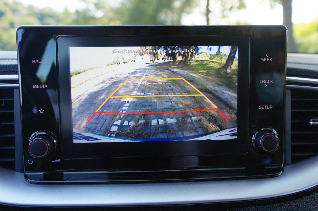 8吋中控螢幕也具備倒車顯影功能。 記者趙駿宏/攝影