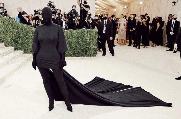 金卡戴珊身穿特製禮服現身Met Gala紅毯。圖/摘自twitter
