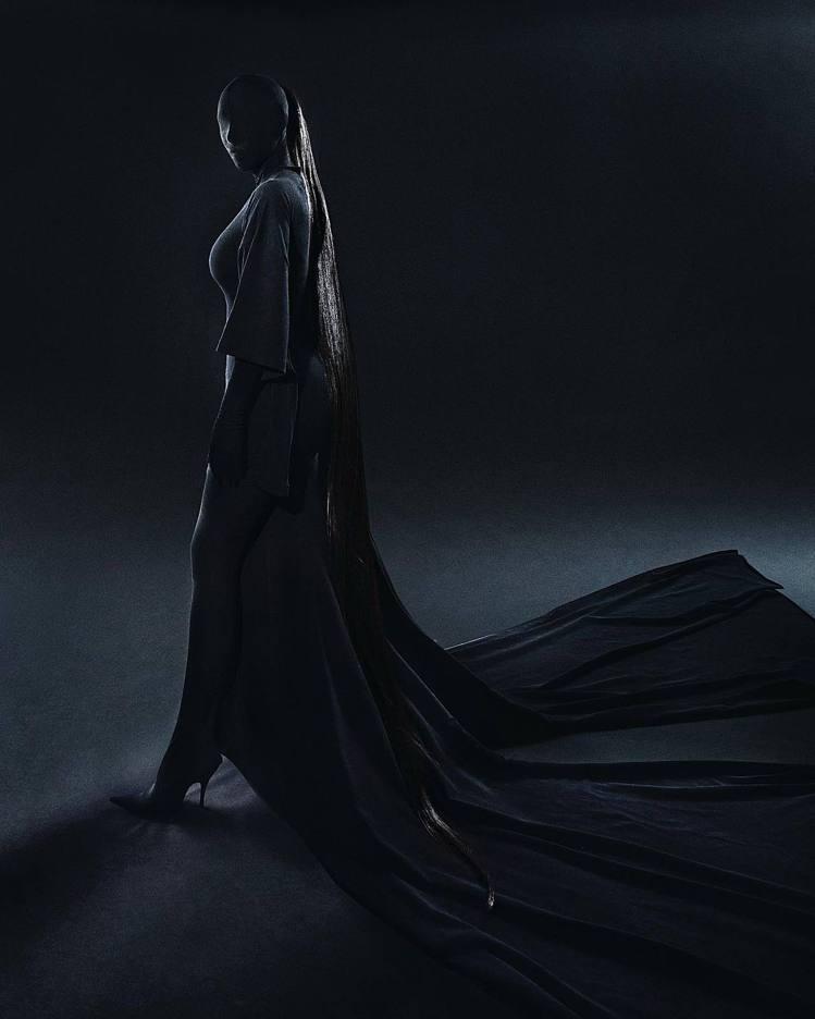金卡戴珊身穿BALENCIAGA創意總監Demna Gvasalia特製的高級訂...