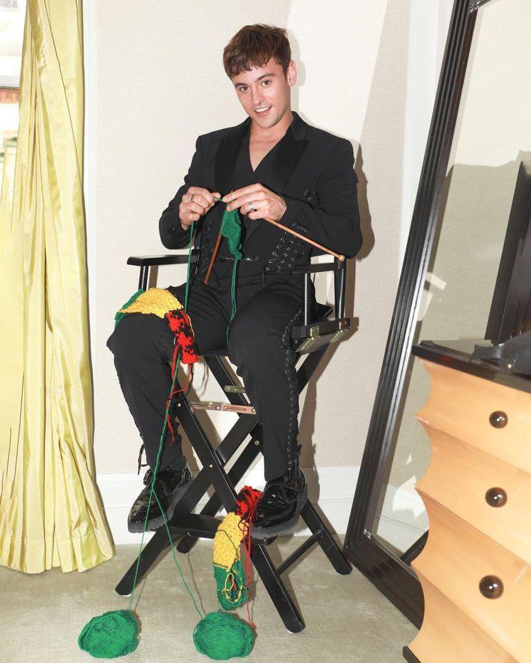 Tom Daley去Mwt Gala也在飯店打毛線,並且被眼尖的粉絲發現是上次織...