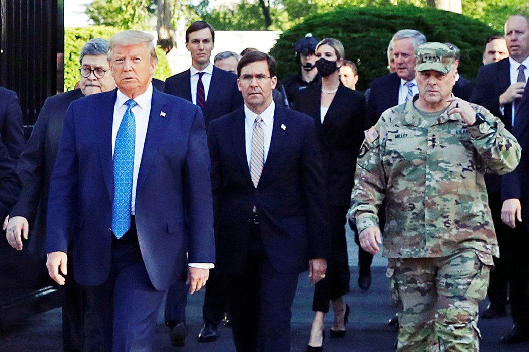 拉法葉廣場事件中,奉命趕赴白宮「救駕」的密利上將,一度被拍到穿著軍裝在華府清場區...
