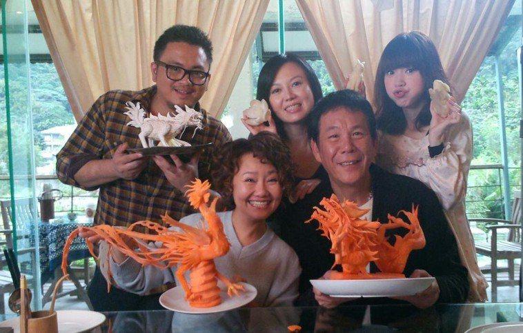 楊可涵與龍劭華在《含笑食堂》中飾演爺孫女。圖/翻攝自葉天倫Facebook