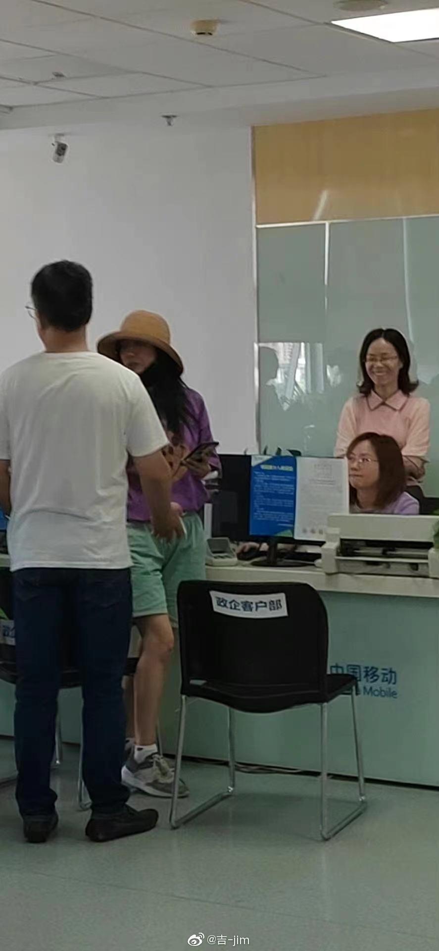 趙薇出現在老家的近照。 圖/擷自微博