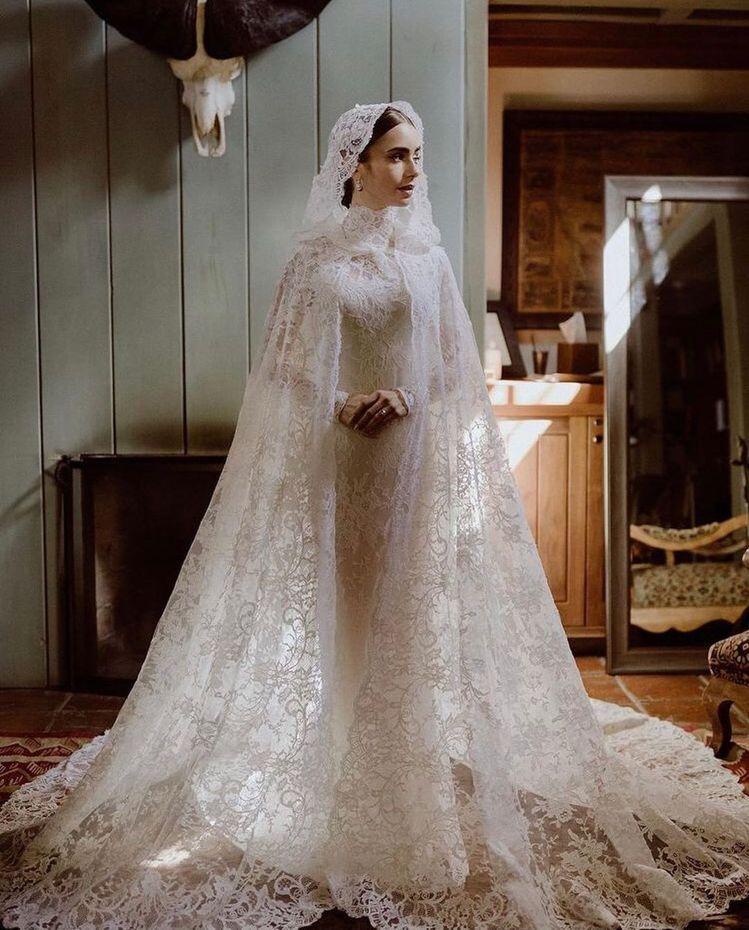 莉莉柯林斯在IG釋出更多張婚紗照,像是從英國古典文學中走出來的夢幻新娘。圖/取自...