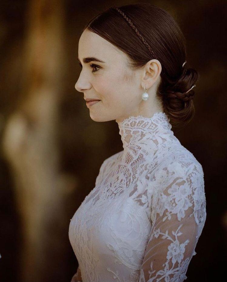 莉莉柯林斯在IG釋出更多張婚紗照,典雅精緻。圖/取自IG @lilycollin...