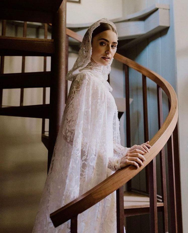 莉莉柯林斯的RALPH LAUREN Collection婚紗特色在於典雅的斗篷...