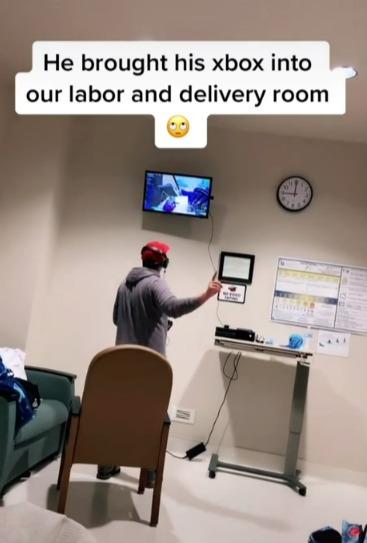 美國女性臨盆前伴侶在病床旁目不轉睛盯著電視螢幕打電動。圖/取自tiktok@anxietycouple