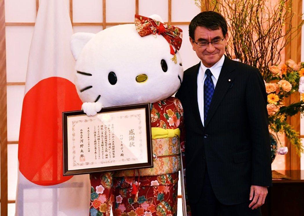 河野有別於過往傳統政客的人設,確實讓新生代日本人喜愛這位與眾不同的政治明星。圖為...