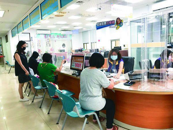 疫情衝擊旅宿業,台中市地方稅務局協助業者減免房屋稅,去年迄今已有700多家業者受惠,減收稅金近千萬元。
