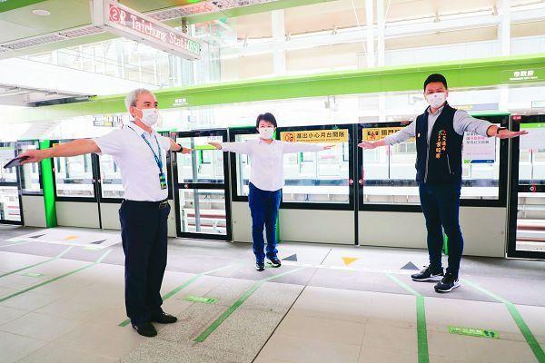 疫情從三級警戒降為二級後,中捷運量顯著回升,台中市長盧秀燕(上圖中)提醒旅客注意防疫,月台地上也標示保持社交距離的標線。