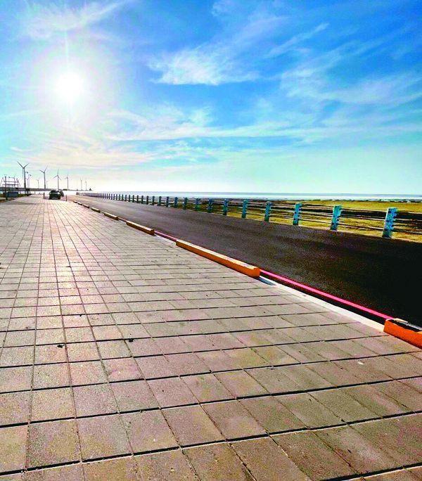 高美濕地每年吸引近200萬名遊客到訪,建設局優化美堤街,將全長224公尺道路從6.5公尺拓寬至9.5公尺,人行道也退縮。
