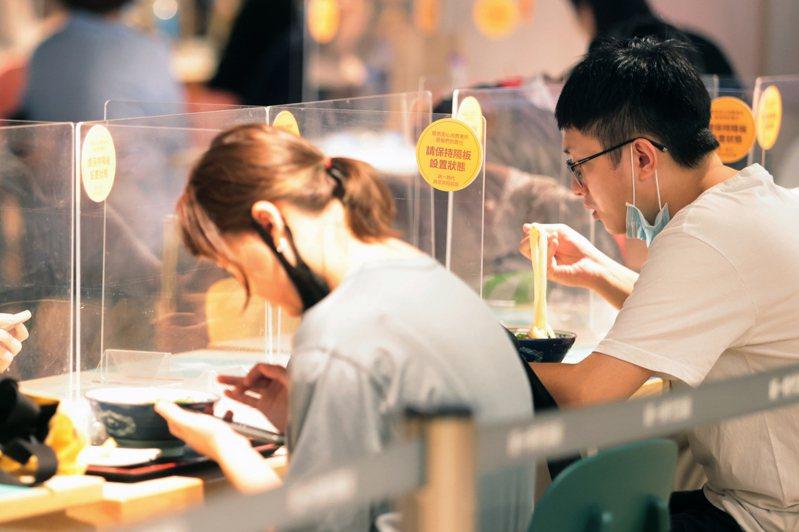 為配合防疫規定,餐廳內用多採梅花座,且同桌座位須設立隔板。示意圖,非新聞當事人。報系資料照/記者蘇健忠攝影