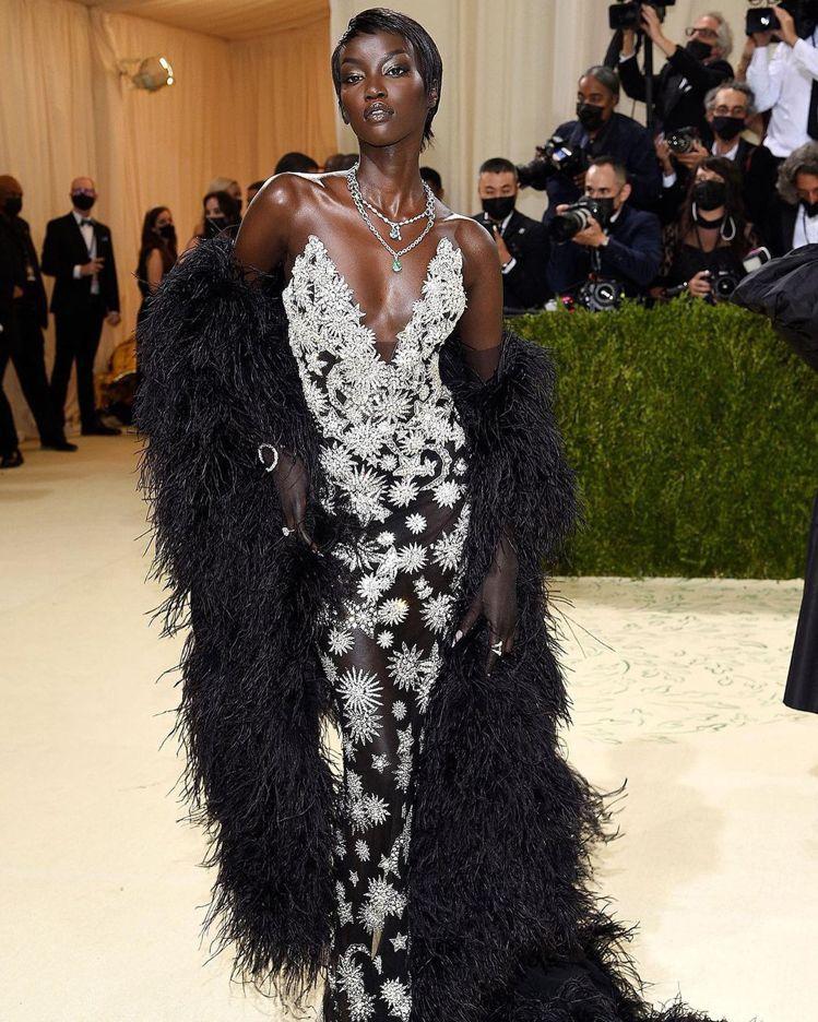 Anok Yai穿上Oscar de la Renta的禮服,集奢華、性感、自信...