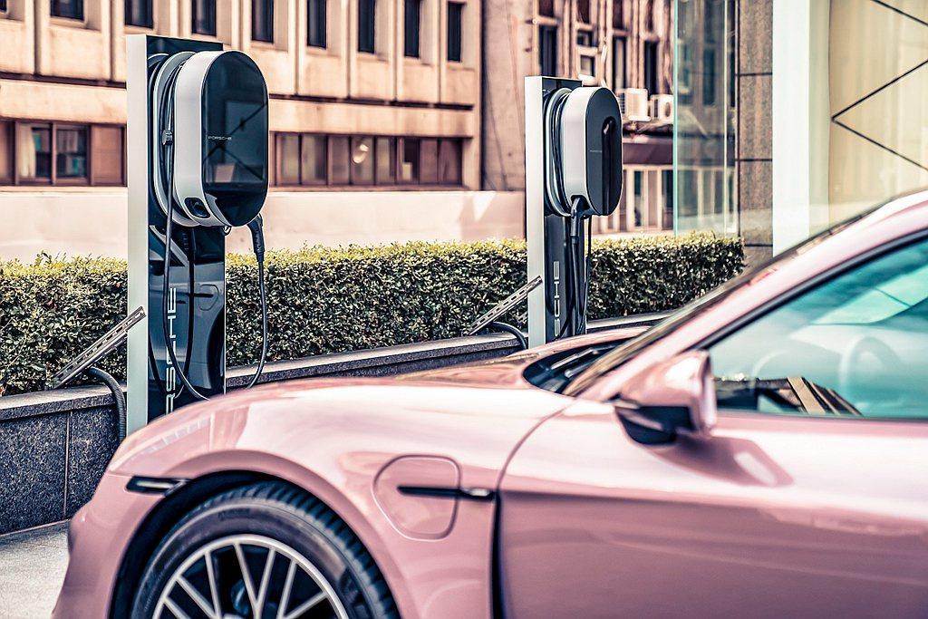 保時捷台灣充電網路包括了高速充電(Turbo Charging)與目的地充電(D...