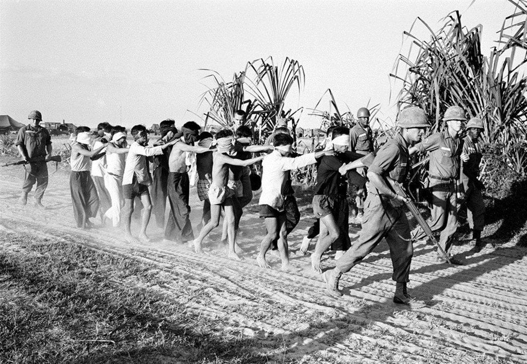 許多東南亞人認為美國只是另一個白種人帝國主義強權,讓他們想起被殖民的過往。圖為遭...