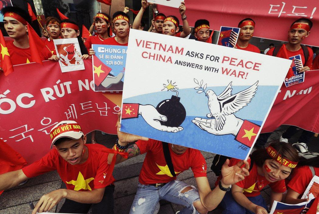 在中國,官方幾乎不把東南亞人的憂心當一回事或感到緊張。圖為2016年越南人抗議中...