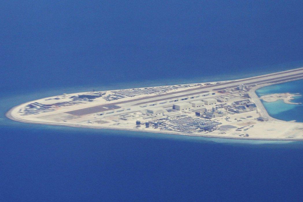 中國在南海造島、軍事化之事,東協受制於中國而少有直言批評。 圖/美聯社