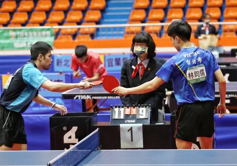莊智淵(左)逆轉後,和林昀儒互相致意。 記者邱德祥/攝影
