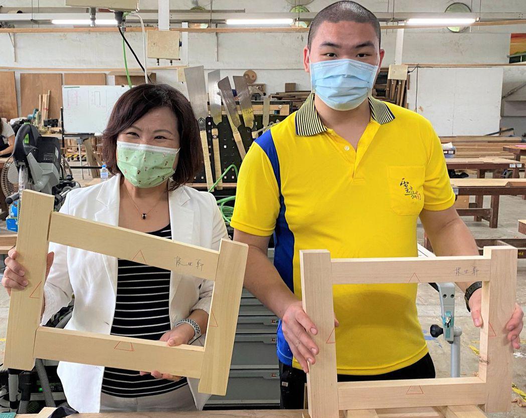 木工國手林世軒(左)向許部長(右)展示作品。 雲嘉南分署/提供