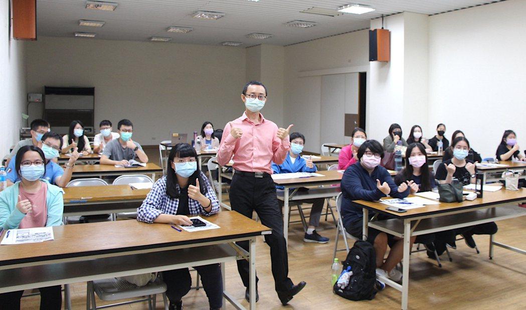 吳永寬講師鼓勵學員建立目標,儘快進入職場發揮專長。