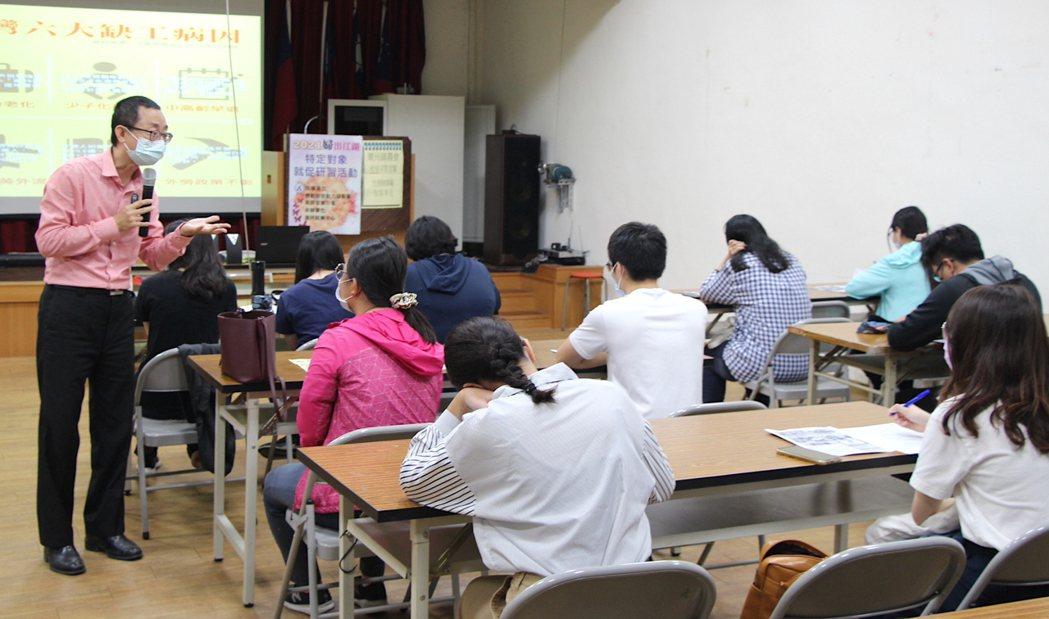 吳永寬講師詳述就業市場近況、餐飲服務業趨勢。