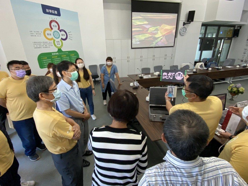 工程學院USR團隊江智偉教授(右)講解空氣盒子。 崑山科大/提供。