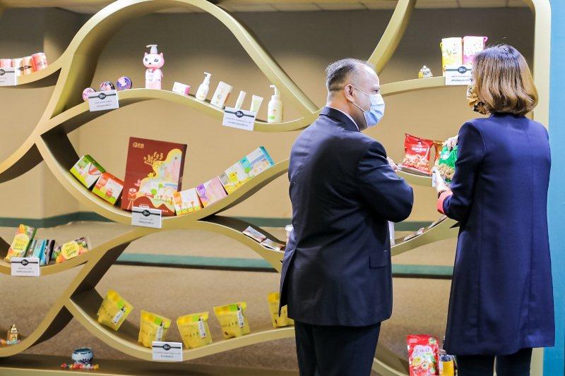 「清真產品臺灣週」開幕式現場,展示台灣清真產品,吸引現場貴賓駐足。  貿協/提供