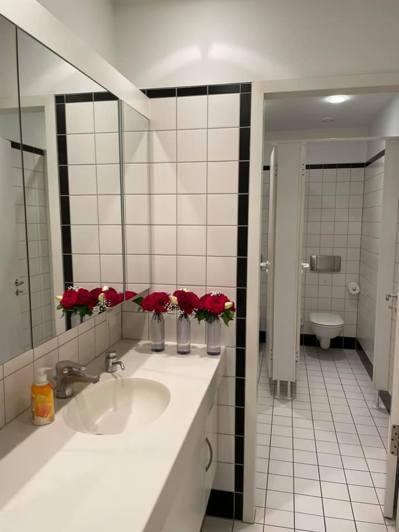 朱學恒送花圈到駐德國代表處,這些花最後被回收利用放到洗手間當擺飾。 圖/謝志偉粉絲頁