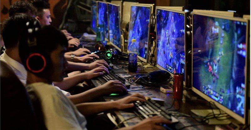 北京查處一起遊戲平台違規向未成年人提供網路遊戲服務案,這是中國6月實施新規後,針對未成年人沉迷網路遊戲問題查處的全國第一案。示意圖。路透