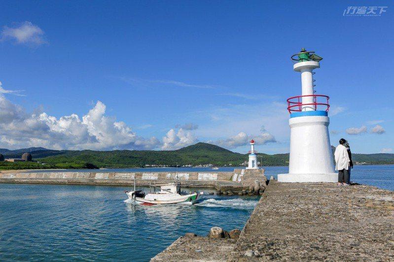 星砂灣是後壁湖的一處迷你海灣,人潮較少還有迷你白色小燈塔可以拍出異國風情。