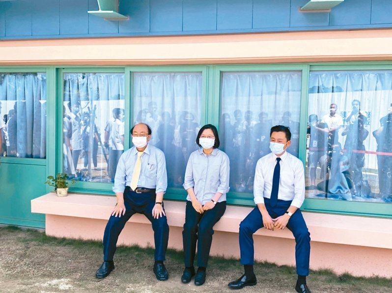 新竹市長林智堅(從右至左)、蔡英文總統、立法院民進黨團總召柯建銘昨到新竹造訪華德福幼兒園,三人同框為大新竹合併添想像空間。記者王駿杰/攝影