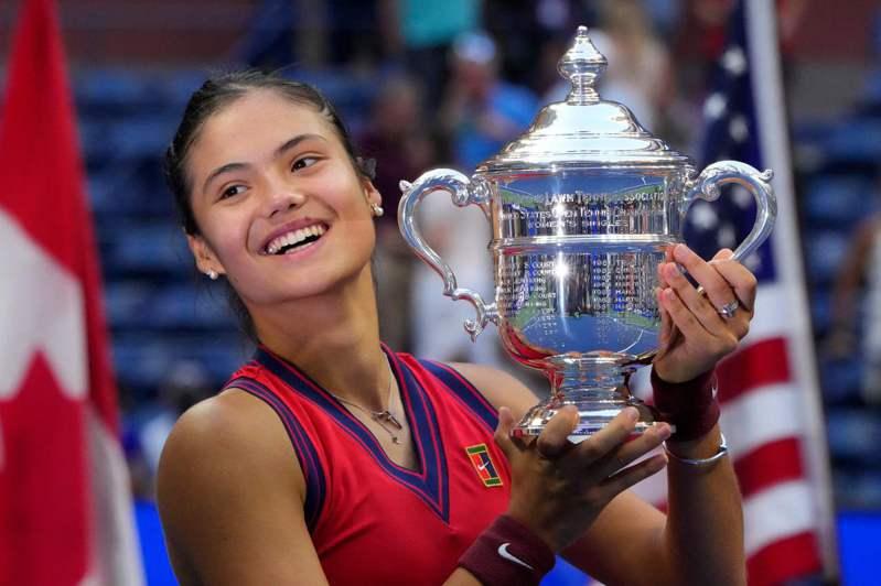 英國18歲網球小將瑞度卡努一路過關斬將、順利抱回2021年美網女單冠軍,一夕之間全球注目。法新社