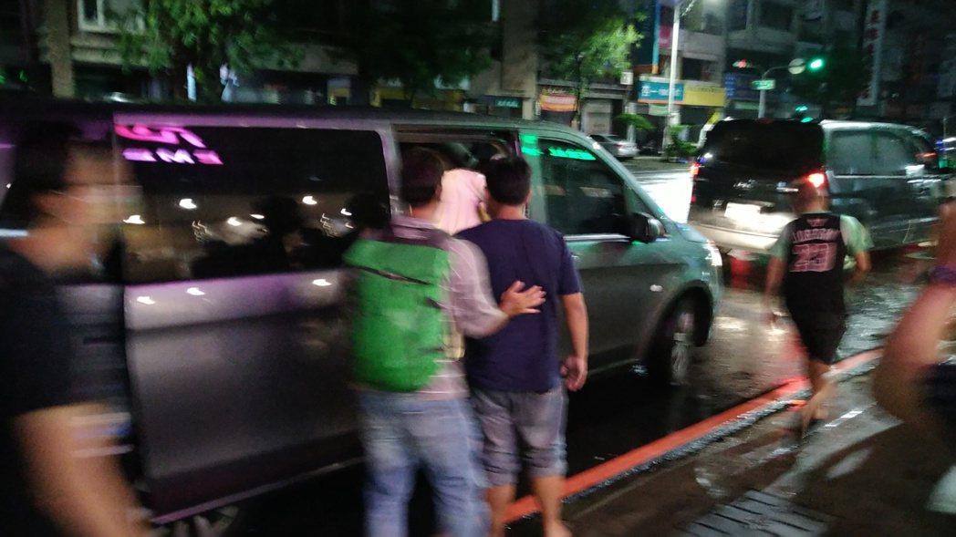 「美麗人生」劇組人員今天凌晨離開高雄阮綜合醫院。記者林保光/攝影