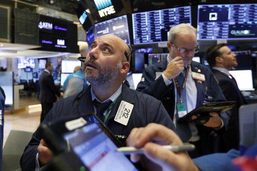 美股三大指數14日齊跌,儘管跡象顯示通膨有所緩解,但經濟不確定性和企業稅率上調的...