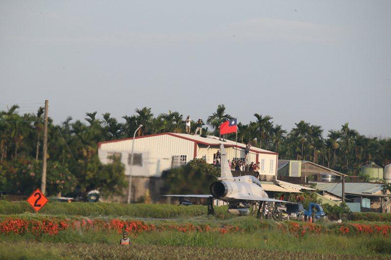 屏東佳冬戰備跑道戰機起降今天清晨6時30分登場,主力機種IDF經國號、F-16V、幻象2000及E-2K預警機,依序完成降落、整補、起飛等驗證,軍事迷上屋頂觀看。記者劉學聖/攝影