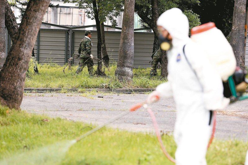 陸軍2015年9月15日派化學兵到高雄三民區廢棄營區內噴藥並整理環境。圖/聯合報系資料照片