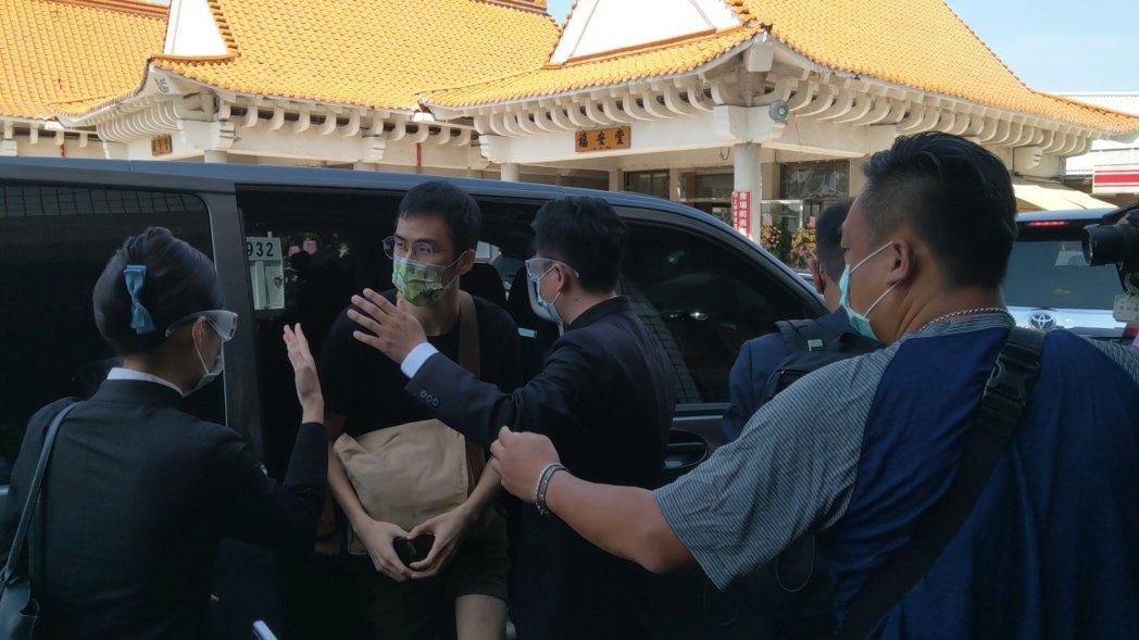 龍劭華兒子今上午9時50分抵達市立殯儀館。記者張議晨/攝影