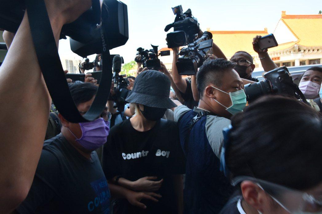 龍劭華女兒今上午9時50分抵達市立殯儀館。記者張議晨/攝影