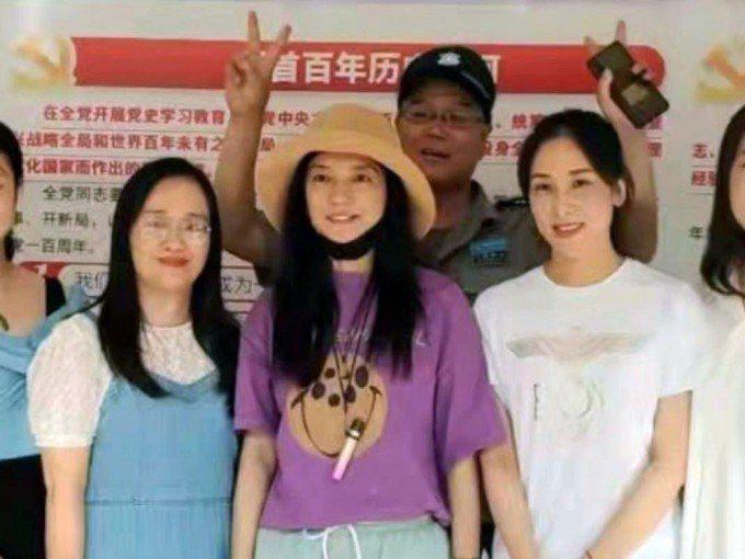 港媒報導,大陸藝人趙薇在封殺風波後首度露臉,現身家鄉蕪湖。星島網